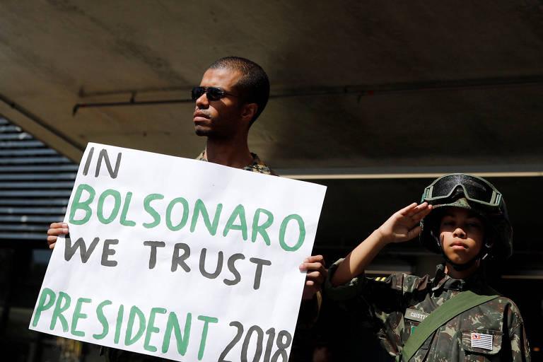 Apoiador de Bolsonaro exibe cartaz na porta do Hospital Albert Einstein