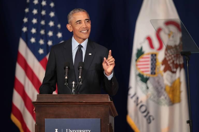 O ex-presidente dos EUA Barack Obama fala a estudantes na Universidade de Illinois em Urbana-Champaign