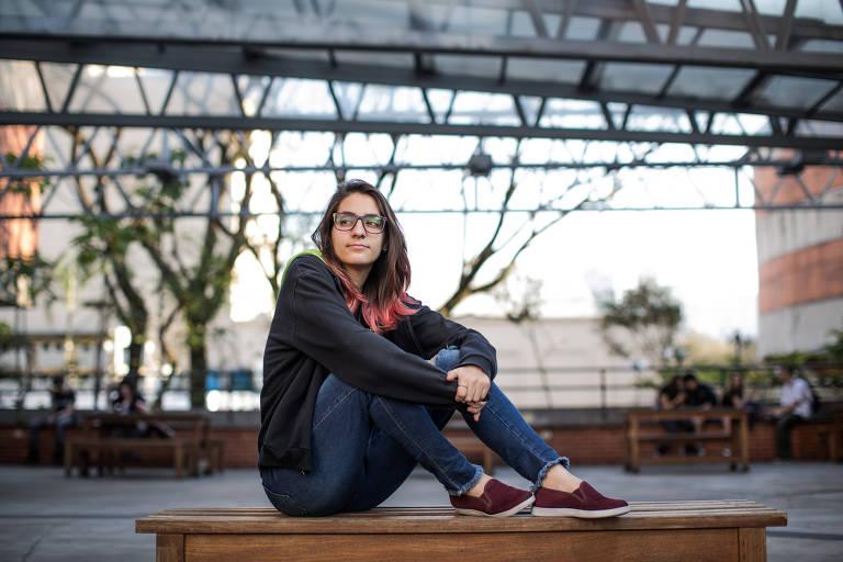 A estudante Beatriz Favacho, 16, na escola Fecap, em São Paulo