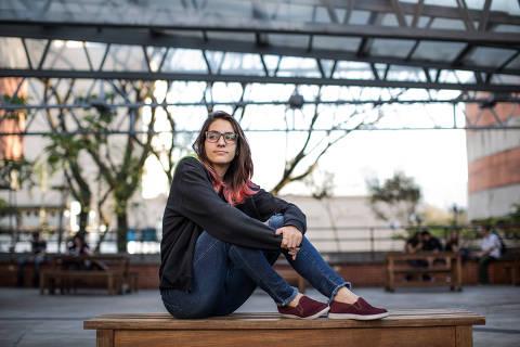 SÃO PAULO, SP, BRASIL, 30-08-2018: Retrato da estudante Beatriz Favacho (16), aluna da escola Fecap que cursa também matérias a distância. (Foto: Bruno Santos/ Folhapress) *** FSP-ESPECIAIS *** EXCLUSIVO FOLHA***
