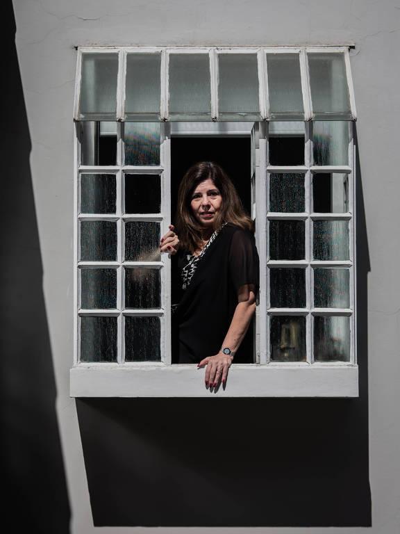 A pedagoga Silvia Gasparian Colello na janela da sua casa em São Paulo