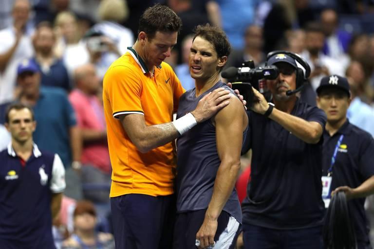 Juan Martín Del Potro abraça Rafael Nadal após o espanhol desistir da semifinal do US Open de 2018, com uma lesão no joelho direito