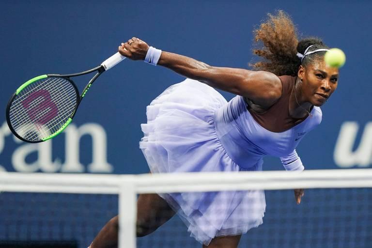 A americana Serena Williams devolve bola na vitória sobre a letã Anastasija Sevastova, pela semifinal feminina do Aberto dos Estados Unidos