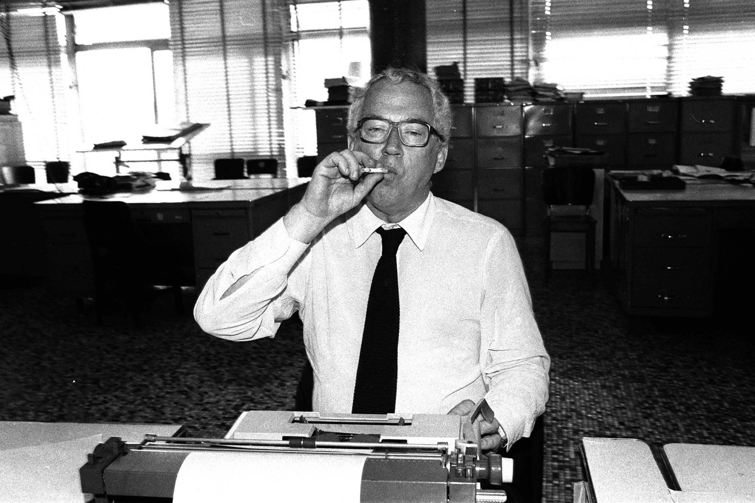 O jornalista Paulo Francis, em 1982, na Redação do jornal