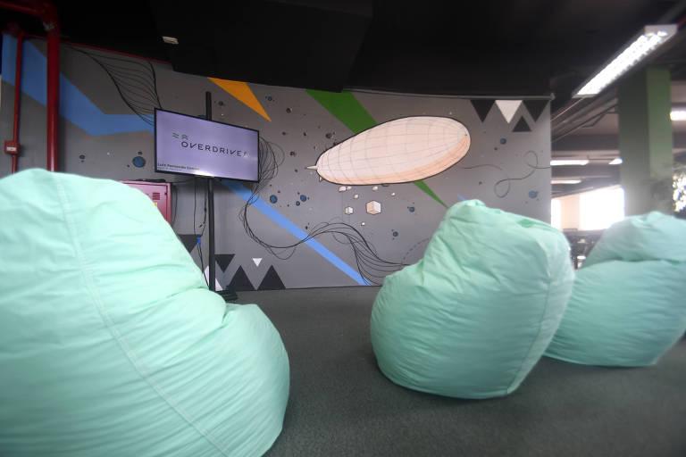 Espaço Overdrives, centro de inovação de três andares do Grupo Ser Educacional, com puffs e televisão