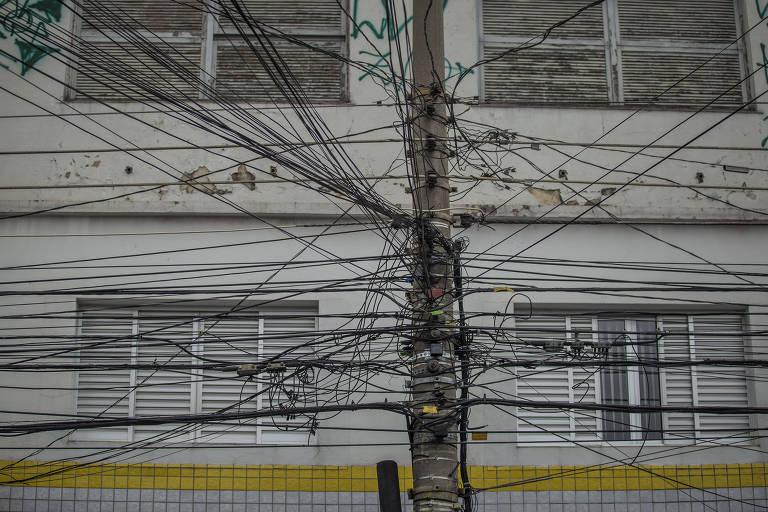 Fios irregulares de telefonia em SP