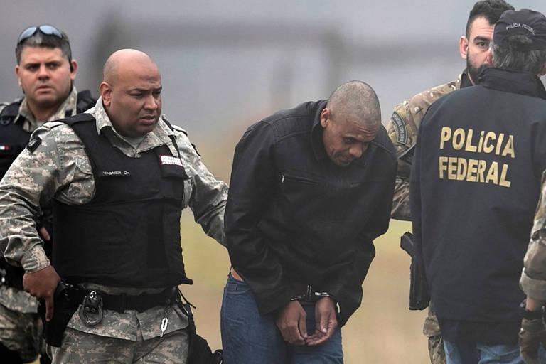 Agentes da Polícia Federal acompanham Adelio Bispo de Oliveira, que foi transferido de Minas Gerais para o Mato Grosso do Sul