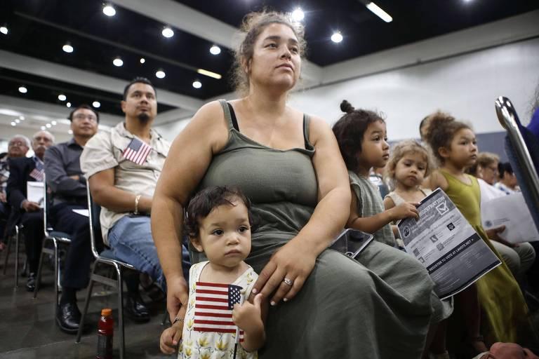 A americana Esme e sua mãe observam o pai, salvadorenho, obter a cidadania dos EUA