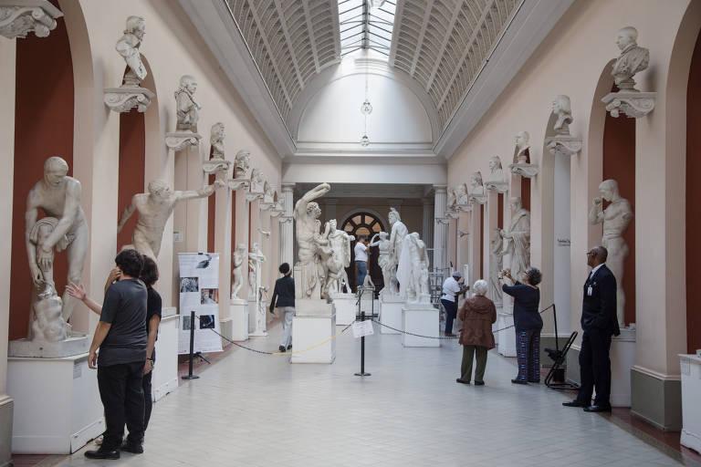 Galeria de réplicas do MNBA; teto tem uma claraboia que joga luz natural sobre as estátuas que reproduzem originais clássicos