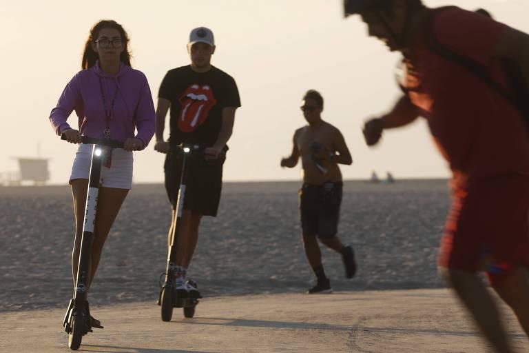 Pessoas usam patinete da Bird em Venice Beach, na Califórnia
