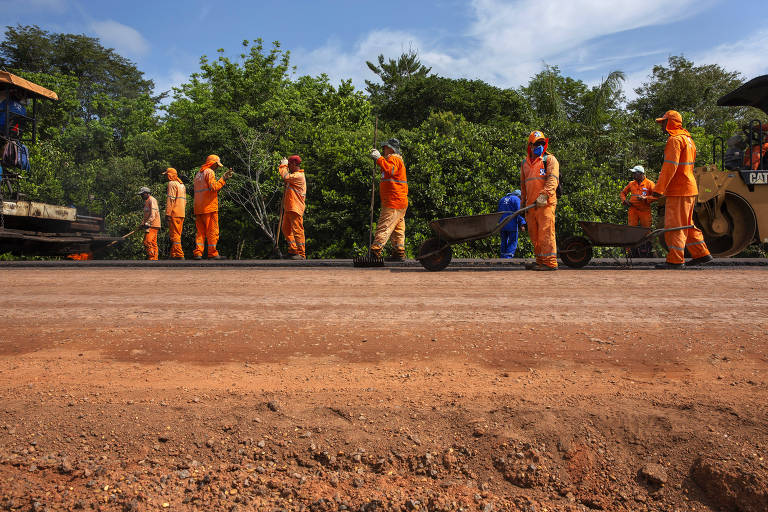 Operários trabalham no asfaltamento da BR-319 próximos a cidade de Careiro do Castanho