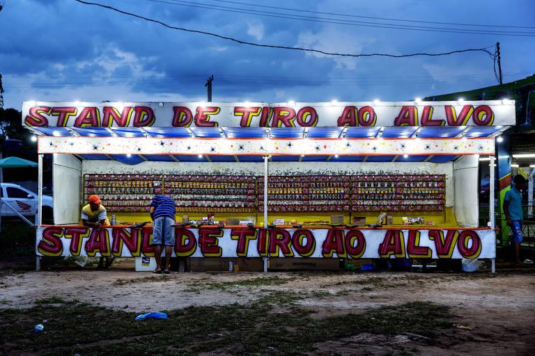 Barraca em feira agropecuária em Careiro do Castanho, que fica a margem da rodovia BR-319)