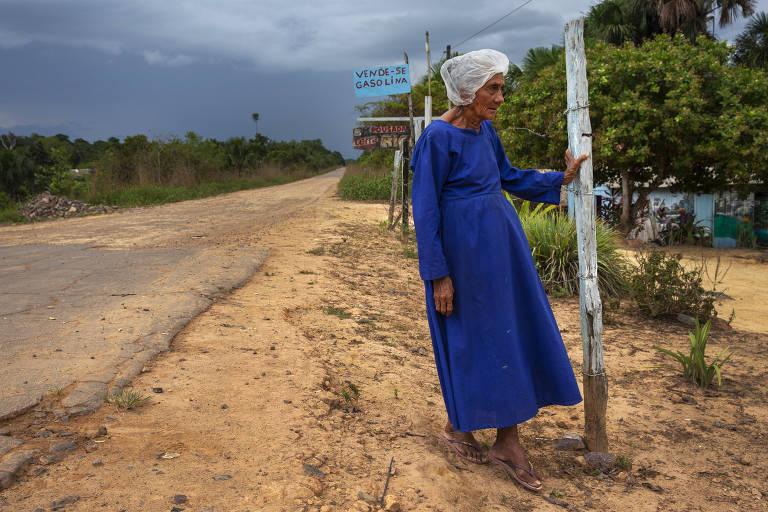 Maria José Cordeiro, 72, mora no trecho da rodovia que não está asfaltado