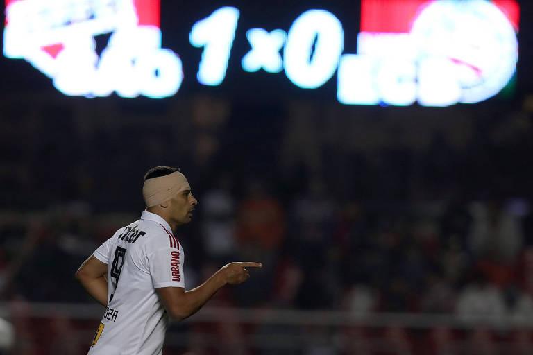 Diego Souza, com a cabeça enfaixada depois de um choque com o adversário, fez o gol da vitória são-paulina