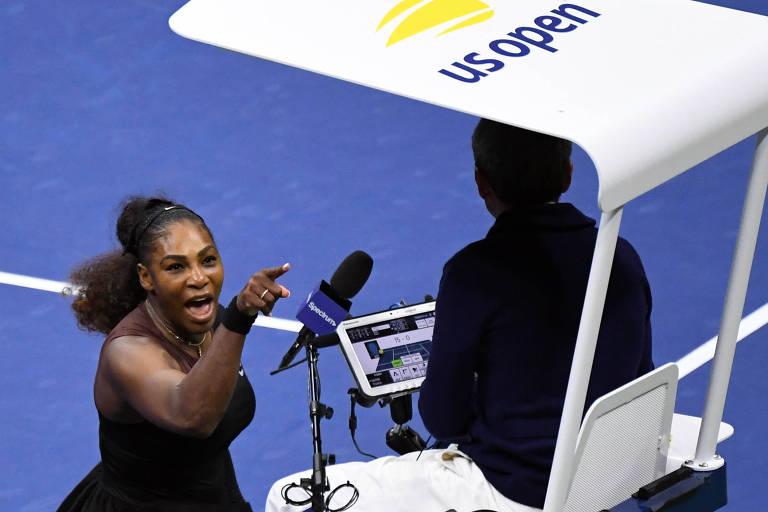 A tenista americana Serena Williams discute com o árbitro português Carlos Ramos, durante a final feminina do Aberto dos Estados Unidos