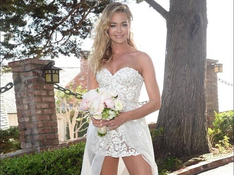 Denise Richards se casa com Aaron Phypers em microvestido feito em 24 horas