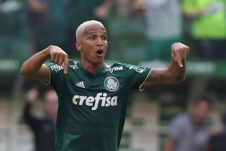 Deyverson comemora gol contra o Corinthians pelo Brasileiro
