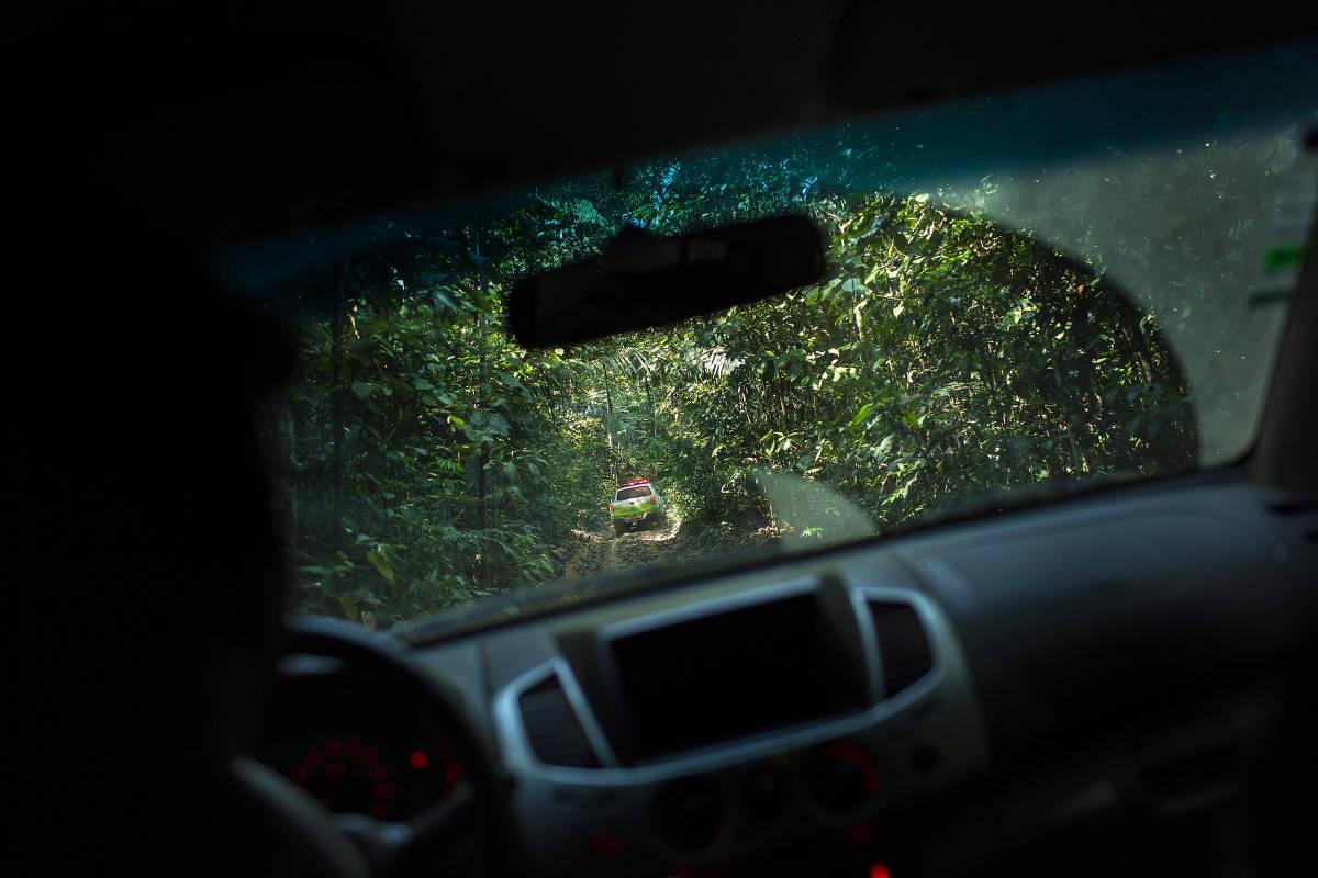 Viatura da policia militar ambiental percorre ramal dentro da Floresta Nacional Bom Futuro em busca de extração ilegal de madeira
