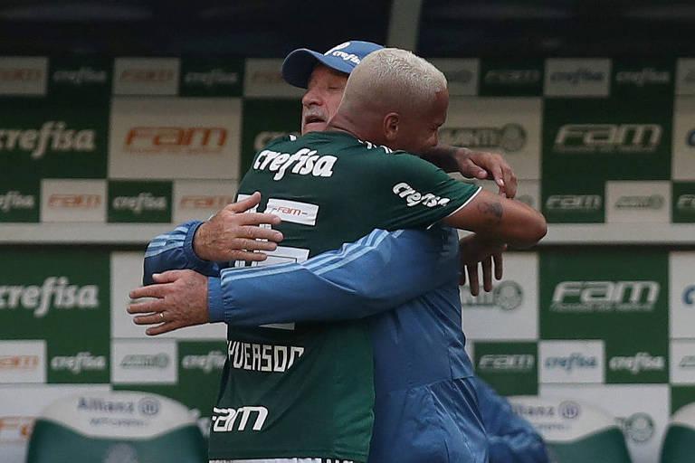 Deyverson abraça Felipão após marcar o gol do Palmeiras no clássico