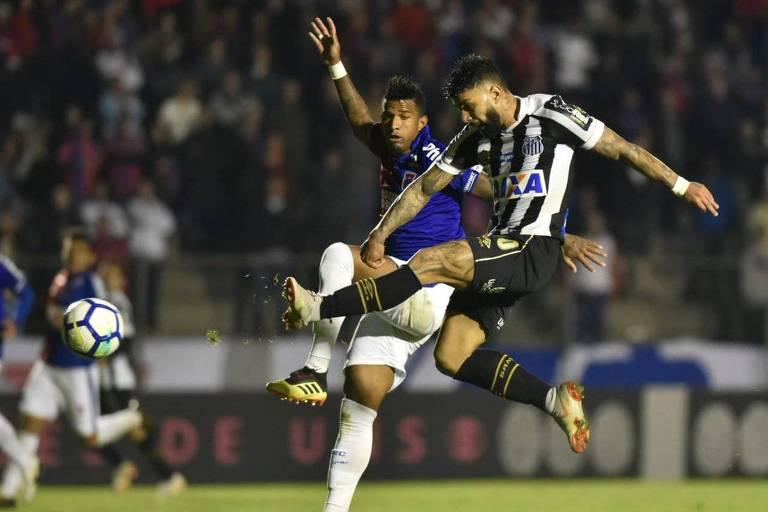 Gabriel finaliza de primeira para marcar o segundo do Santos na vitória sobre o Paraná