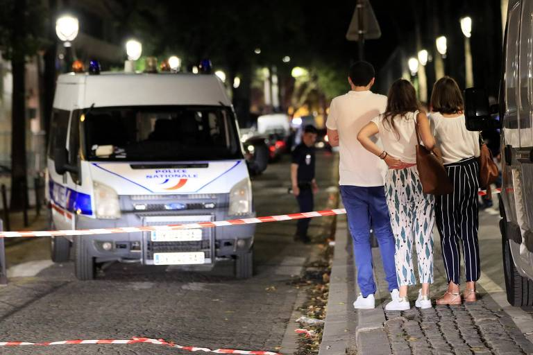 Jovens observam barreira montada pela polícia francesa após ataque a faca em Paris