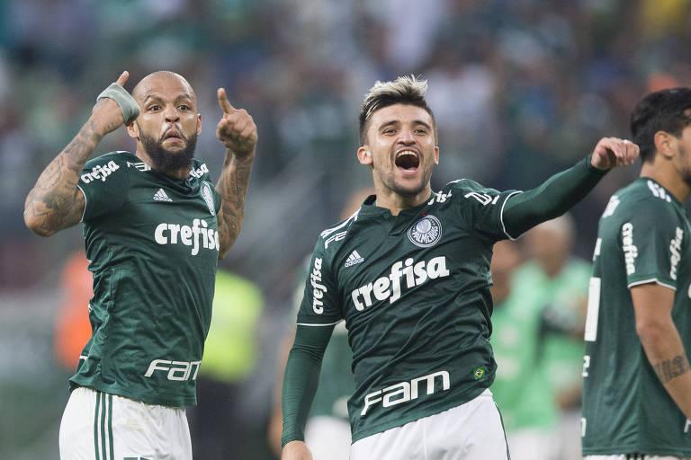 Felipe Melo e Victor Luis comemoram a vitória palmeirense sobre o Corinthians