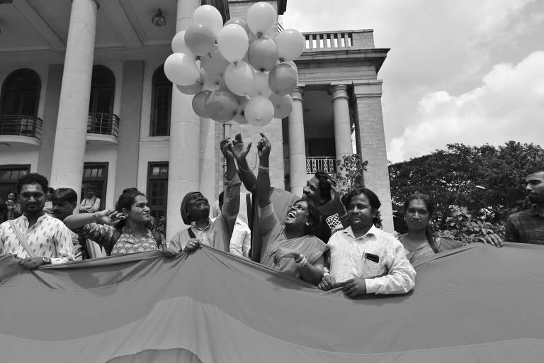 Membros da comunidade e ativistas LGBT comemoram decisão da Suprema Corte da Índia que descriminaliza a homossexualidade