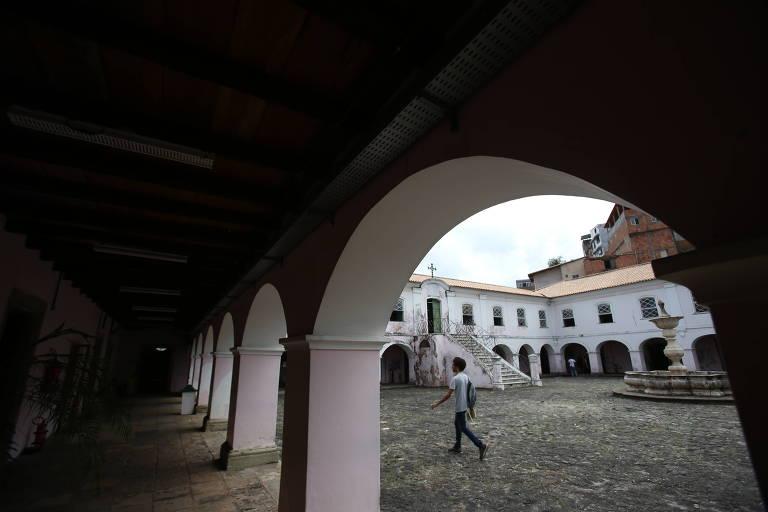Edifício erguido no século 16 onde funciona o Arquivo Público da Bahia tem infiltrações; local armazena documentos de mais de 400 anos