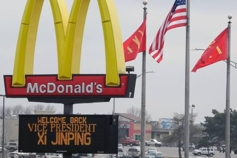 Placa embaixo de logo do McDonald's dá boas-vindas a Xi Jinping, em cidade de Iowa