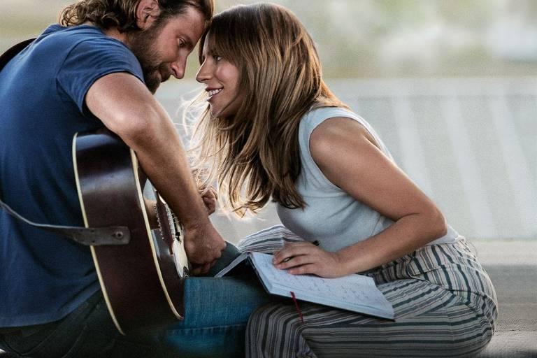 Jackson Maine (Bradley Cooper) canta com a talentosa Ally (Lady Gaga)