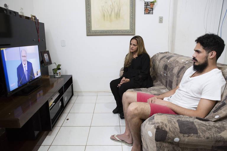 A manicure Maria do Socorro, 44, e seu filho Pedro, 25, assistem ao debate na TV Gazeta neste domingo (9) em sua casa na zona oeste de São Paulo