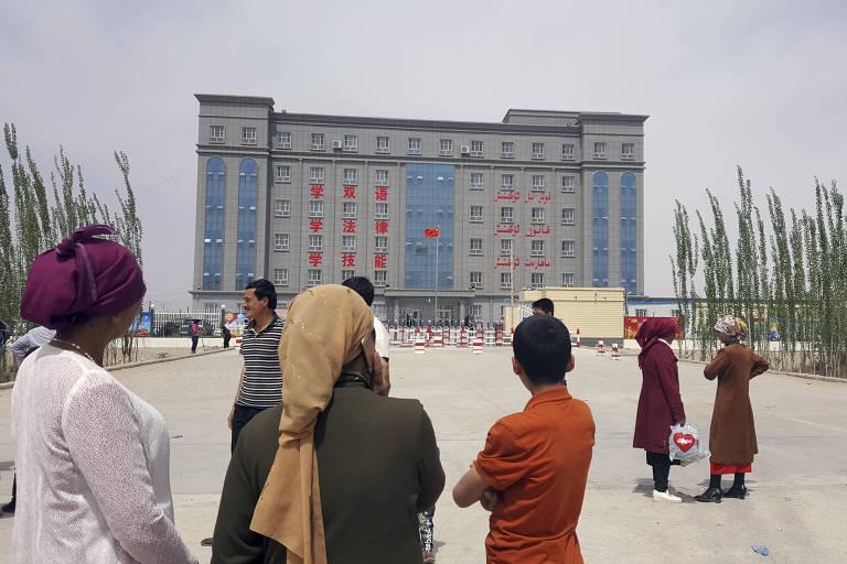 Cartaz descreve instalação em Hotan, uma cidade em Xinjiang, na China, como um 'centro de transformação por meio da educação'