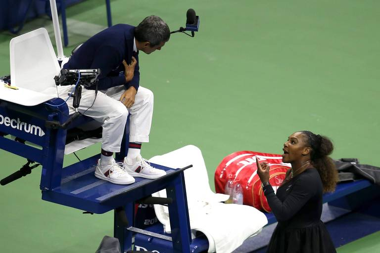 Serena Williams discute com o árbitro Carlos Ramos na final do Aberto dos EUA