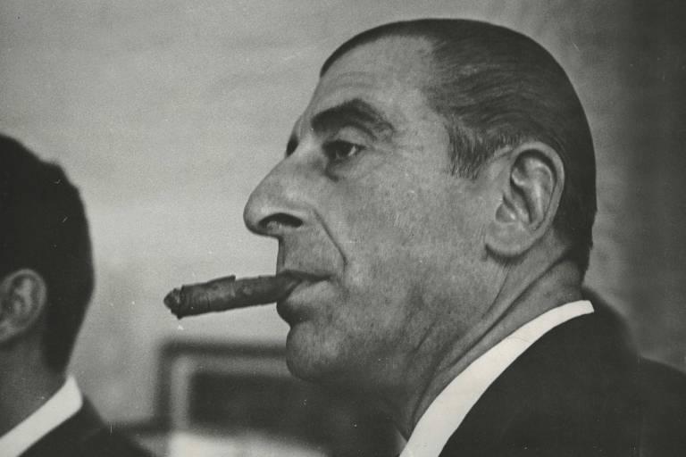 O presidente do Chile, Eduardo Frei Montalva, fuma charuto baiano após almoço na casa do governador de São Paulo, Abreu Sodré