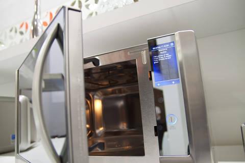 SAO PAULO, SP, BRASIL, 05-07-2011, 16h00: Forno microondas electrolux mtx52 na feira Eletrolar no Transamerica Expo Center. (Foto: Ze Carlos Barretta/Folhapress IMOVEIS) ***EXCLUSIVO***