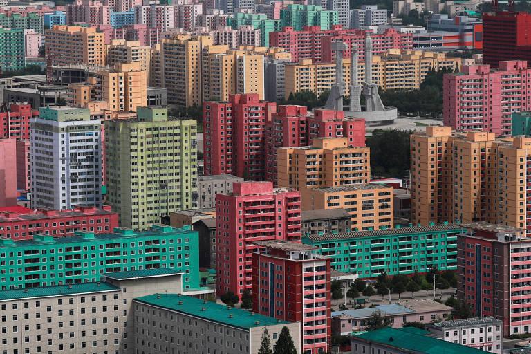 Foto de cima de vários prédios vermelhos, verdes e amarelos