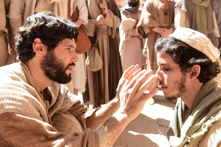 Judas Tadeu (Ricky Tavares) pede esmola nas ruas de Jerusalém, e Jesus (Dudu Azevedo) se aproxima