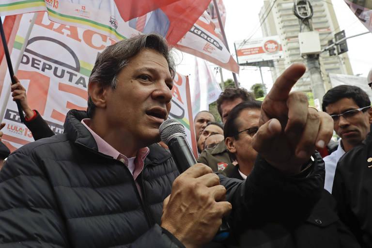 O ex-prefeito Fernando Haddad faz campanha como vice-presidente do PT à Presidência em Diadema