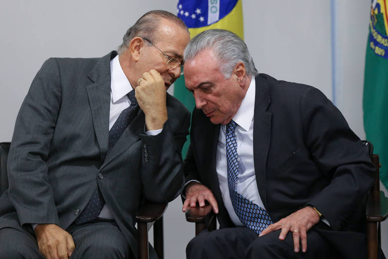O presidente Michel Temer conversa com o ministro Eliseu Padilha (Casa Civil) durante cerimônia de anúncio da criação da ABRAM (Agência Brasileira de Museus), no Palácio do Planalto