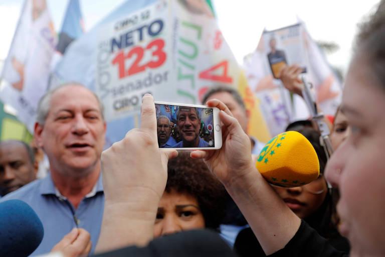 Eleitora fotografa o candidato do PDT à Presidência, Ciro Gomes, durante ato de campanha em Taboão da Serra (SP) nesta terça (11)