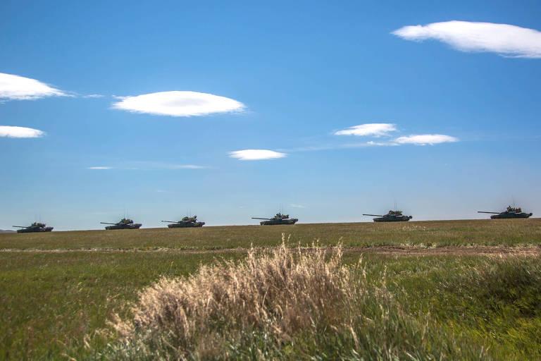 Tanques russos em coluna no horizonte de um campo durante o exercício Vostok-2018, que começou nesta terça