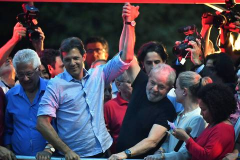 (FILES) In this file picture taken on January 24, 2018 Brazilian former president Luiz Inacio Lula da Silva (C-R) and former Sao Paulo mayor Fernando Haddad (C-L) take part in a demonstration in Sao Paulo, Brazil. - Brazil's jailed ex-leader Luiz Inacio Lula da Silva resigned his candidacy for another presidential term on September 11, 2018 and name his running mate Fernando Haddad as his replacement before a court-ordered deadline. (Photo by Nelson ALMEIDA / AFP)