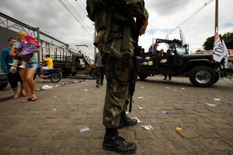 Militares reforçam segurança durante o domingo de eleição no Complexo da Maré, no Rio de Janeiro, em 2014
