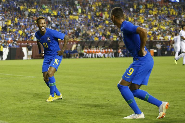 Neymar (esq.) e Richarlison comemoram gol marcado da seleção brasileira contra El Salvador em amistoso realizado em setembro