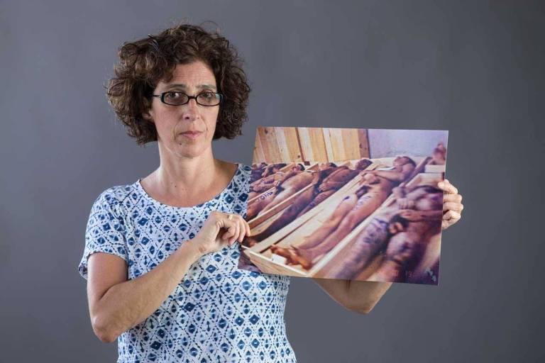 A fotógrafa Marlene Bergamo posa com foto de sua autoria para o Especial Folha 95 Anos