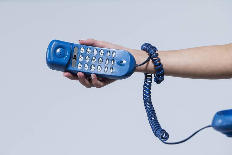 Mão segura telefone azul