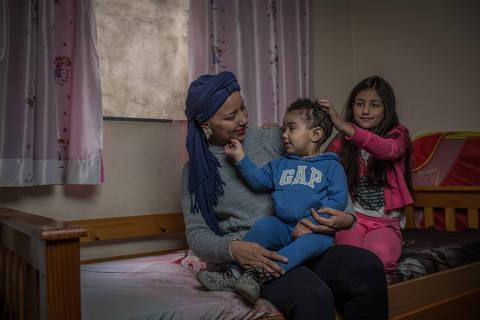 SÃO PAULO, SP, BRASIL, 05-09-2018: Retrato de Regiane Maria da Silva  (26) em sua casa, junto com seus filhos Gabrielle (8) e Cauã (1), que trata um linfoma. (Foto: Bruno Santos/ Folhapress) *** FSP-ESPECIAIS *** EXCLUSIVO FOLHA***