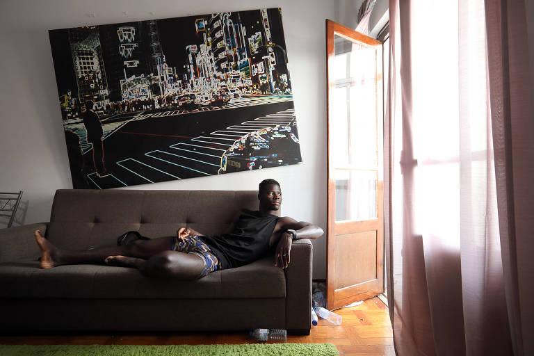 Ibrahima Sory Soumah no sofá do apartamento onde na cidade de Setúbal, em Portugal
