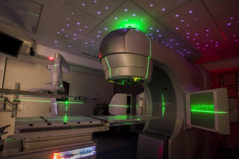 Sala com equipamento grande para fazer radioterapia