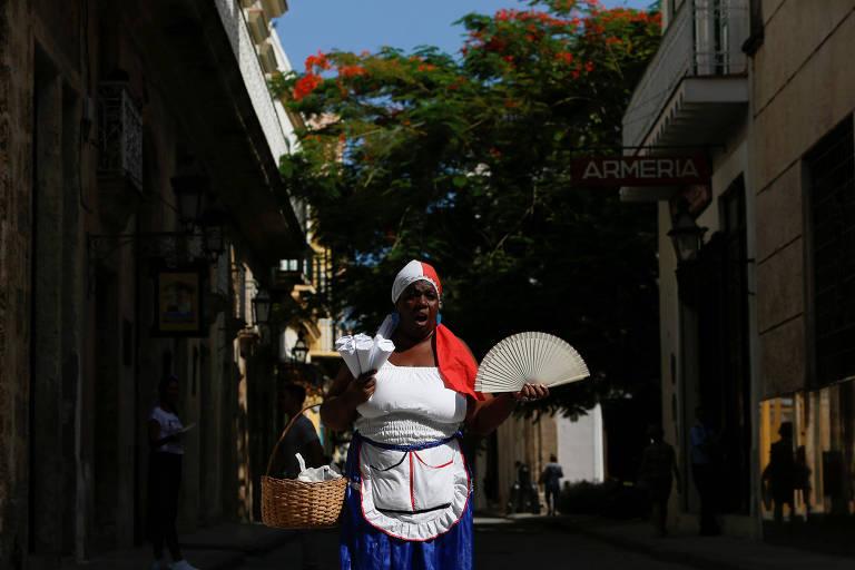 Lyssett Pérez, de 46 anos, vende amendoim nas ruas de Havana, em Cuba